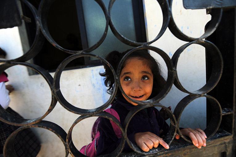 Палестинская девочка-беженка в школе в Ливане