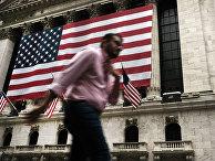 Американский флаги на фасаде здания Нью-Йоркской фондовой биржи