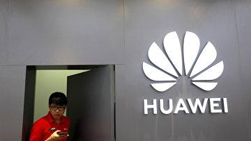 Персонал флагманского магазина Huawei в Бангкоке, Таиланд