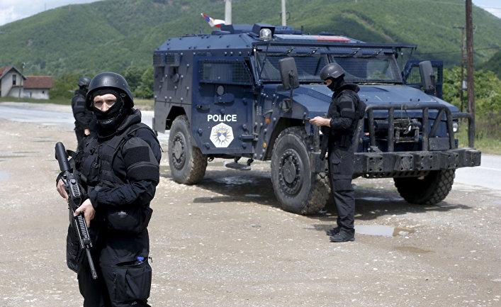 Косовские полицейские во время спецоперации на севере республики