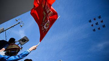 """Многоцелевые истребители Су-30СМ пилотажной группы """"Русские Витязи"""" и МиГ-29 пилотажной группы """"Стрижи"""" во время воздушной части военного парада Победы"""