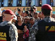 Родственники заключенных протестуют перед тюремным комплексом в бразильском штате Амазонас