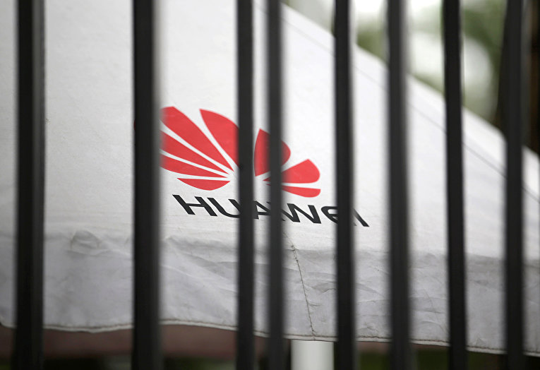 Логотип Huawei в штаб-квартире компании в Шэньчжэне
