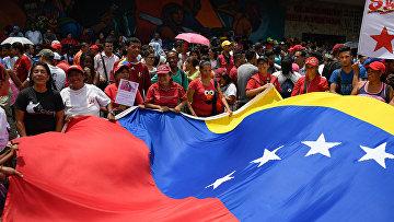 Сторонники правительства на митинге в окрестностях президентского дворца Мирафлорес в Каракасе