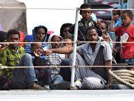 Мигранты на корабле у берегов Сицилии