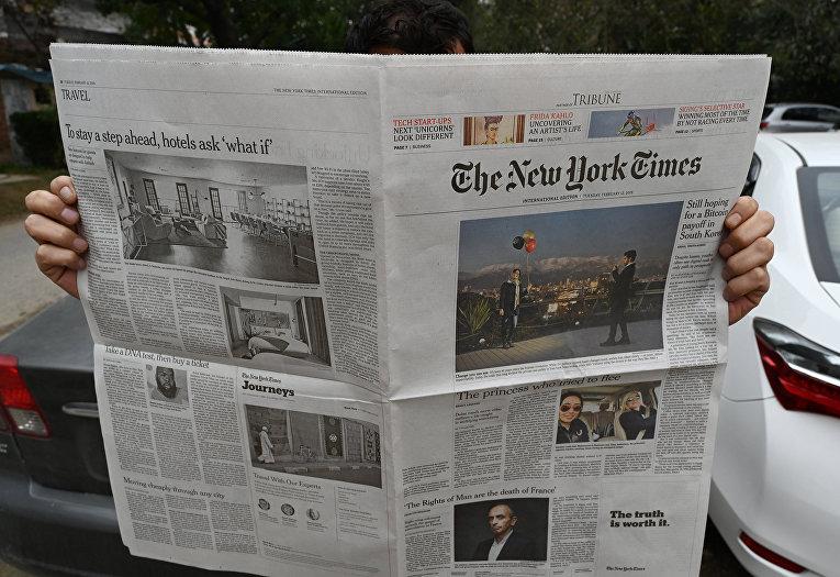 Мужчина читает газету The New York Times