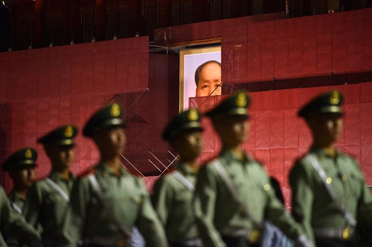 Офицеры маршируют на площади Тяньаньмэнь в Пекине