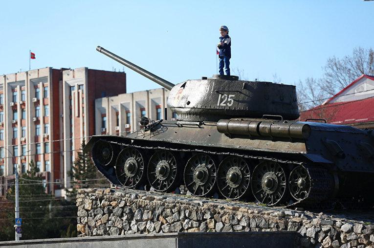 Ребенок на советском танке Т-34 в центре Тирасполя