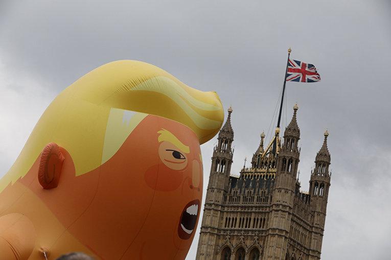 Шар, изображающий президента США Дональда Трампа во время акции протеста в Лондоне, Великобритания