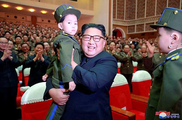 Северокорейский лидер Ким Чен Ын во время конкурса художественных групп жен офицеров КНА в КНДР