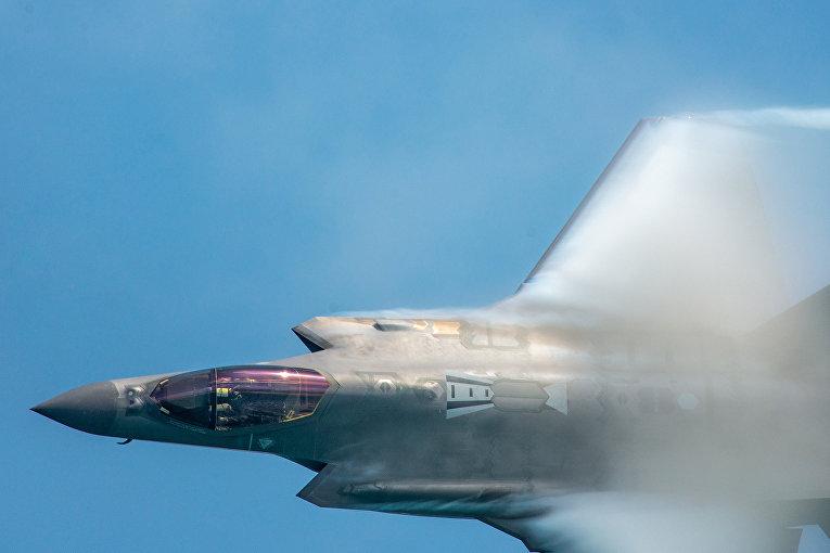 Американский истребитель F-35A Lightning II во время авиасалона в Майами-Бич, США