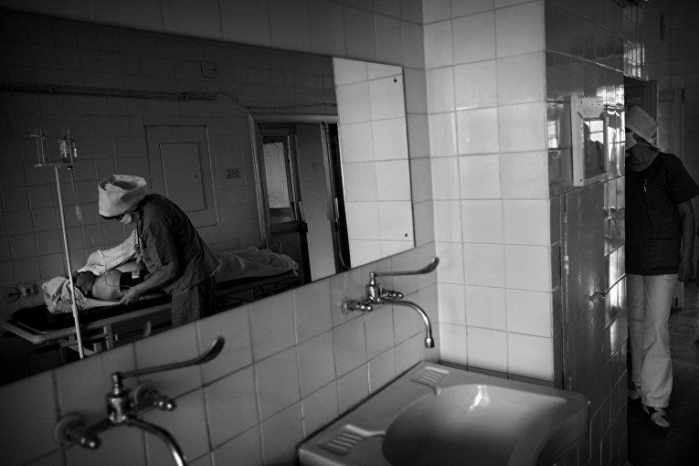 Женщину, страдающую раком щитовидной железы, готовят к операции в больнице в Киеве