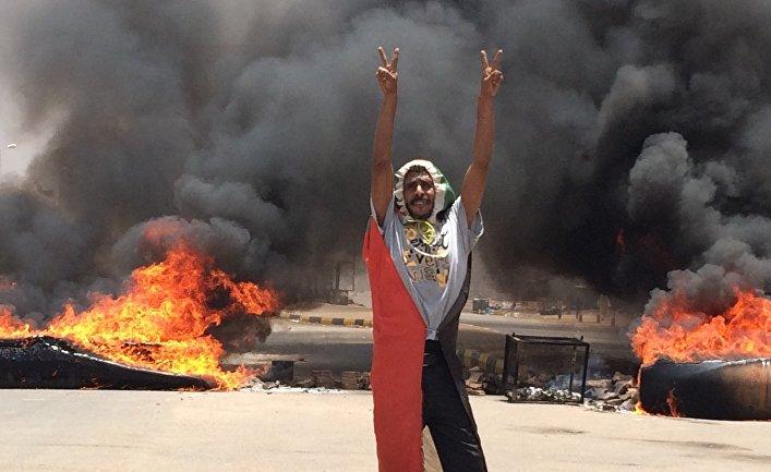 Участник протестов в Судане