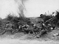 Британские и канадские войска прячутся за песчаной дюной во время вторжения союзников в Нормандию в июне 1944 года