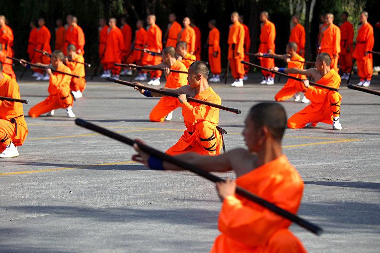 Ученики кунг-фу выступают у монастыря Шаолинь в Киате