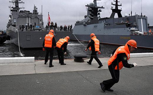 """Встреча японского эсминца """"Судзунами"""" в порту Владивостока""""."""