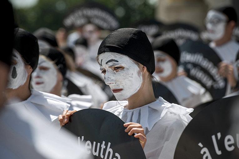 Люди в костюмах Пьеро на акции протеста против эвтаназии