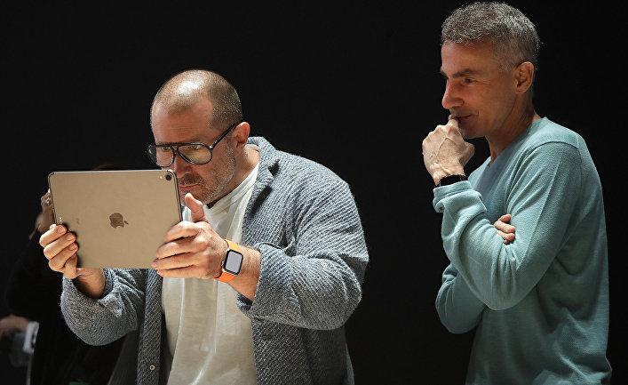 Главный дизайнер Apple Джонатан Айв и старший вице-президент по аппаратному обеспечению Дэн Риччио смотрят на экран iPad