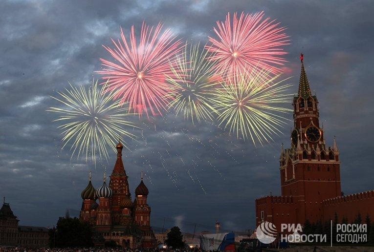 Праздничный салют в честь Дня России