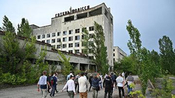 Туристы гуляют по городу-призраку Припять во время экскурсии по Чернобыльской зоне отчуждения
