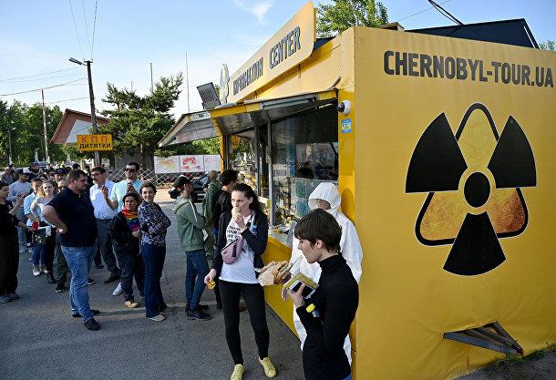 Туристы вочереди засувенирами рядом сКПП «Дитятки» после экскурсии вЧернобыльскую зону отчуждения