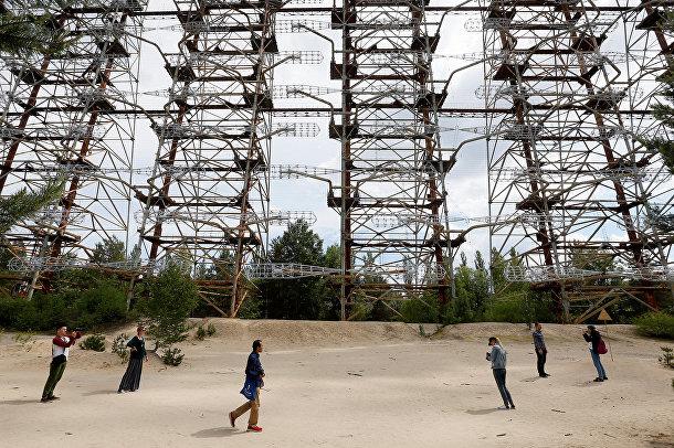 Туристы осматривают советскую радиолокационную станцию для системы раннего обнаружения пусков межконтинентальных баллистических ракет вблизи Чернобыля