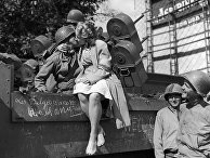Бельгийская девушка целует солдата после освобождения Льежа американскими войсками