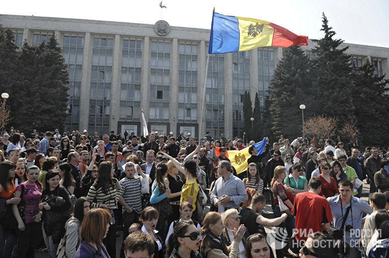 Митингующие у здания парламента Республики на площади Великого национального собрания, 2010 год