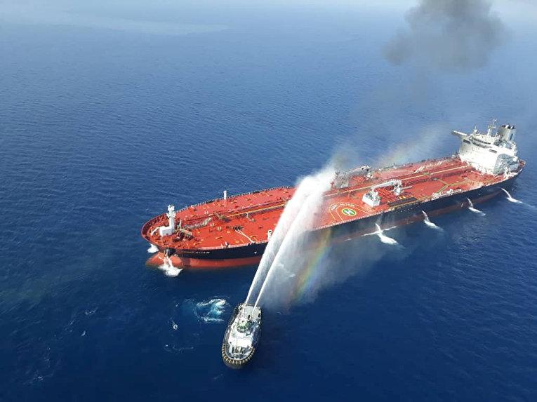 Тушение нефтяного танкера в Оманском заливе