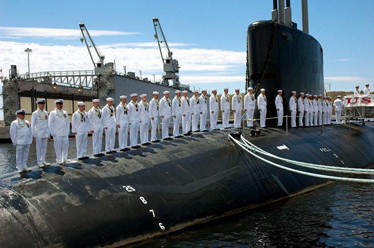 Экипаж на палубе подводной лодки ВМС США USS Hawaii на базе в Гротоне, штат Коннектикут