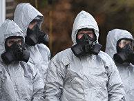 Персонал в защитных комбинезонах работает в окружной больнице Солсбери