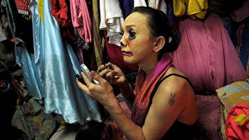 «Ледибой» готовится кночному шоу наострове Пхукет, Таиланд