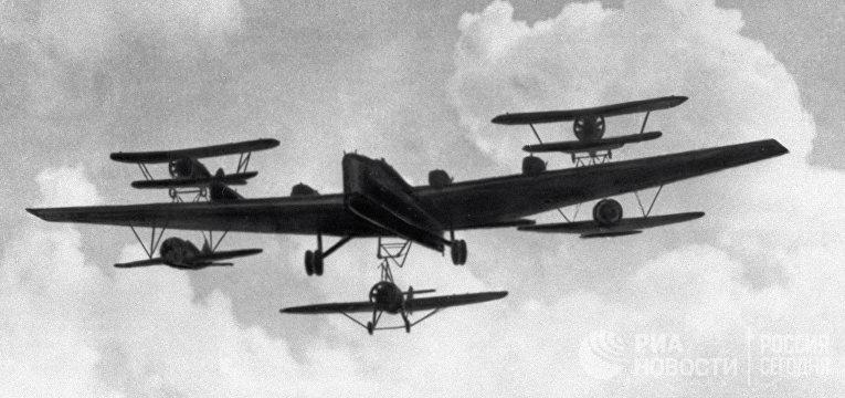 Бомбардировщик ТБ-3 с истребителями И-16, подвешенными под крылом