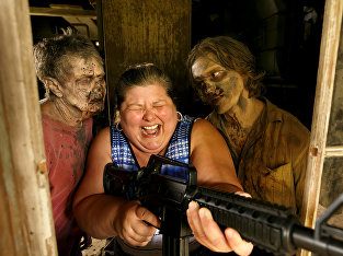"""Участница экскурсионного тура по локациям 3-го сезона """"Ходячих мертвецов"""" студии AMC в Харальсоне"""