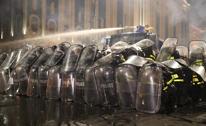 Полиция во время акции протеста у здания парламента Грузии в Тбилиси