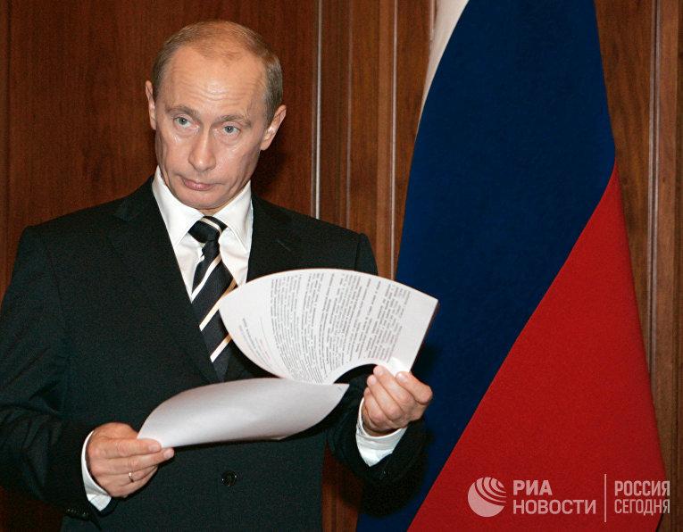 Президент России Владимир Путин в рабочем кабинете Кремля