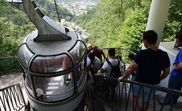 Посадка пассажиров на канатной дороге в городе Боржоми, Грузия