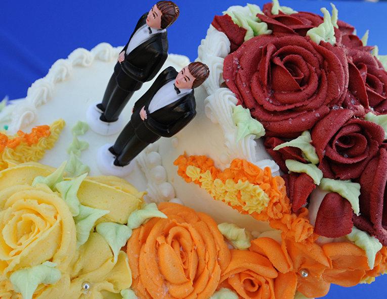 Свадебный торт со статуэтками двух мужчин на свадьбе в Калифорнии