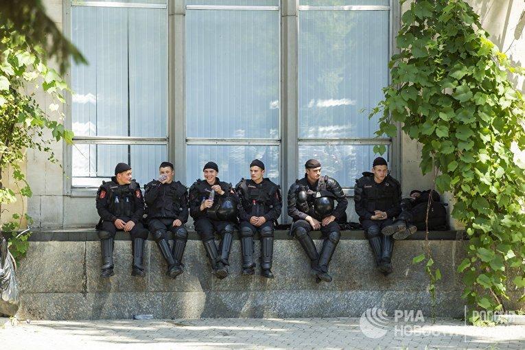 Сотрудники правоохранительных органов у Дома Правительства Республики Молдова в Кишиневе.