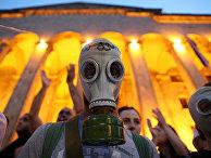 Участники акции протеста у здания парламента в Тбилиси, Грузия