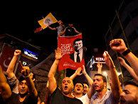 Сторонники кандидата в мэры Стамбула Экрема Имамоглу празднуют его победу на выборах в Стамбуле, Турция