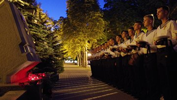 Жители Севастополя несут цветы в память о погибших подводниках к стеле Мурманска