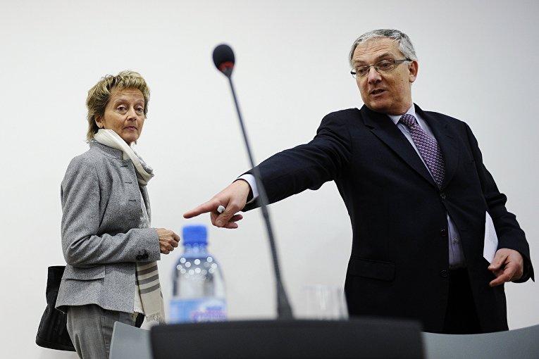 Секретарь Женевского пресс-клуба Гай Меттан (справа) во время на пресс-конференции в Женеве