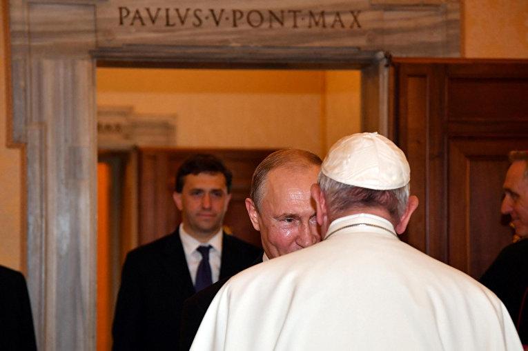 Президент России Владимир Путин во время встречи с Папой Римским Франциском в Ватикане