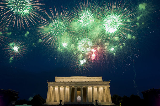 Фейерверк над мемориалом Линкольна в Вашингтоне