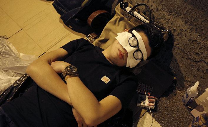 Мужчина спит на улице в Гонконге