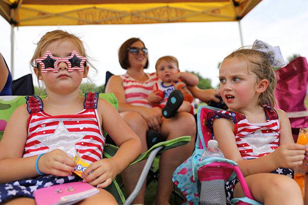 Зрители парада в Норуолке, штат Айова