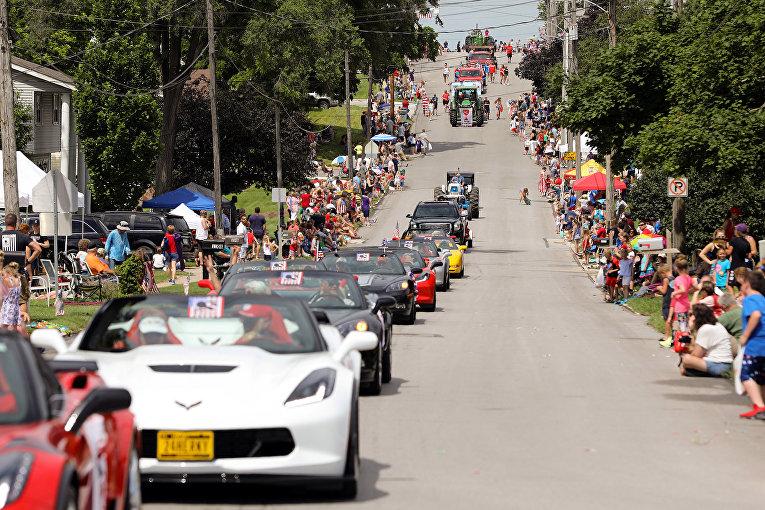 Участники праздничного парада в Норуолке, штат Айова
