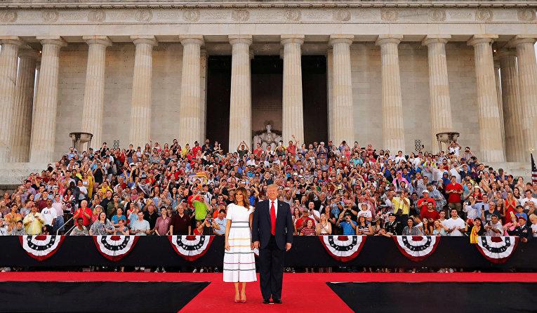 Президент США Дональд Трамп с первой леди Меланией во время празднования Дня Независимости в Вашингтоне