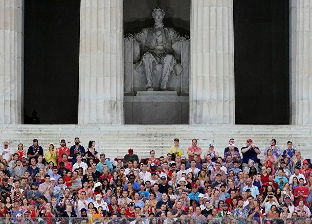 Празднование Дня Независимости у мемориала Линкольна в Вашингтоне